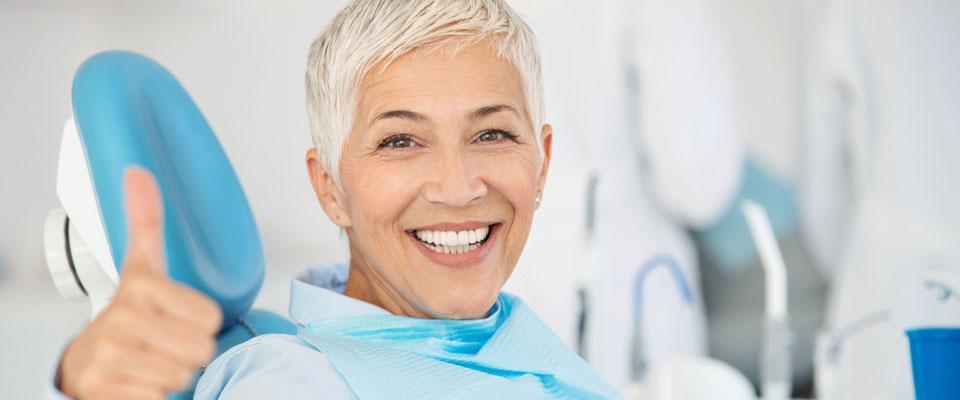 Starsza kobieta nafotelu dentystycznym