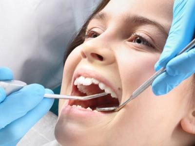 dziewczynka podczas zabiegu dentystycznego